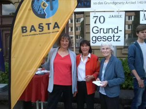 BAStA Beach Flag und drei Aktivistinnen